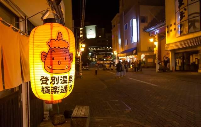 夜の温泉街です
