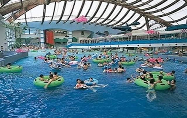 館内の巨大プールも利用可能!